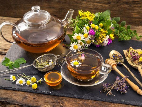 Травяной чай в прозрачной кружке