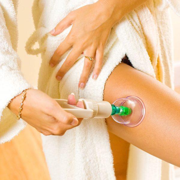 Выполнение вакуумного массажа на ноге