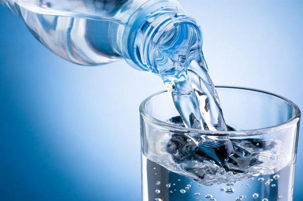 Вода в прозрачном бокале