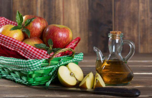 Яблочный уксус в прозрачном кувшине