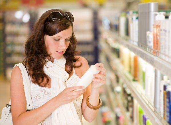 Женщина читает состав крема