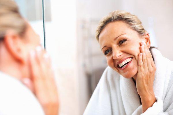 Женщина смотрит на своё отражение