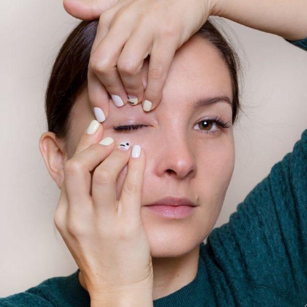 Девушка прижимает пальцами кольцевую мышцу глаза