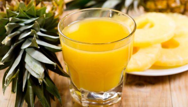 Ананасовый сок в прозрачном стакане