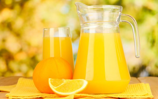 Апельсиновый сок в прозрачном графине и в бокале