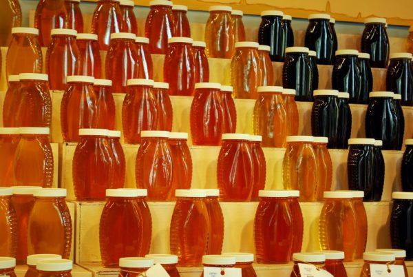 Мёд разных цветов в прозрачных банках