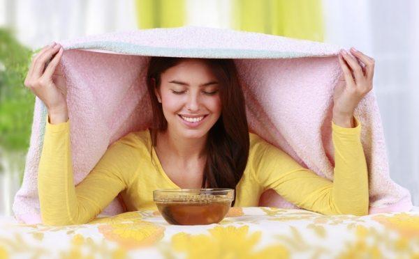 Девушка делает паровую ванночку