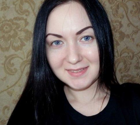 Девушка, которая периодически использует маски с содой и солью против чёрной точки