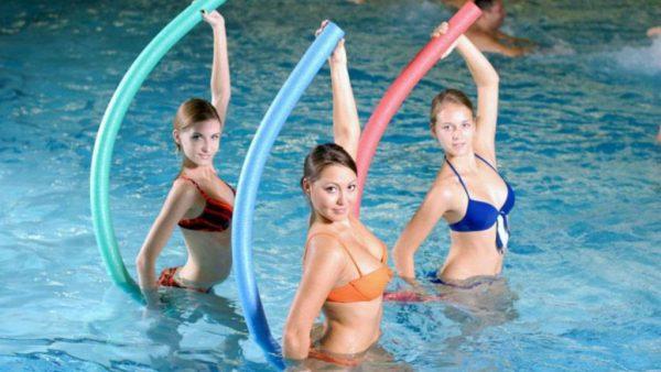 Девушки занимаются спортом в бассейне