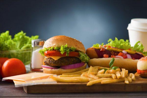 Гамбургер и картошка фри