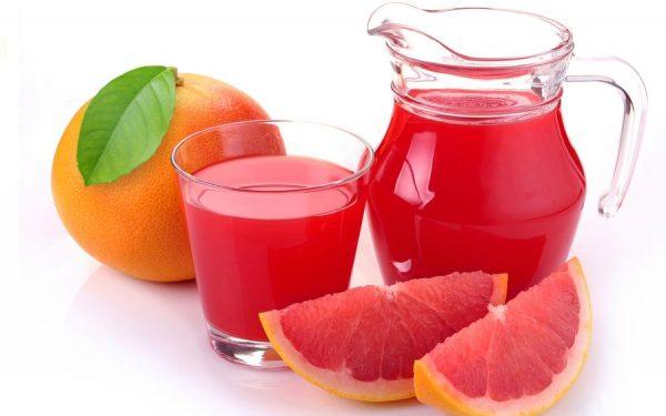 Грейпфрутовый сок в прозрачном бокале