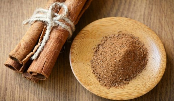 Молотая корица на деревянной тарелочке