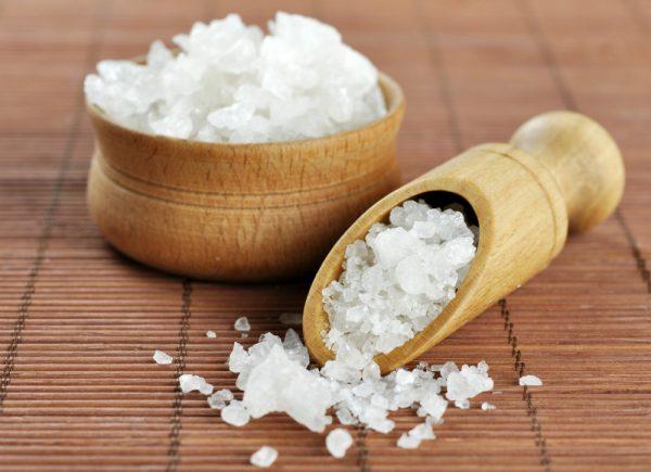 Морская соль в деревянной лопаточке