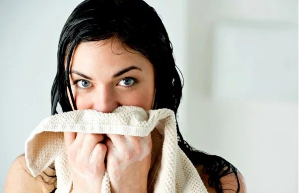Полотенце у лица девушки