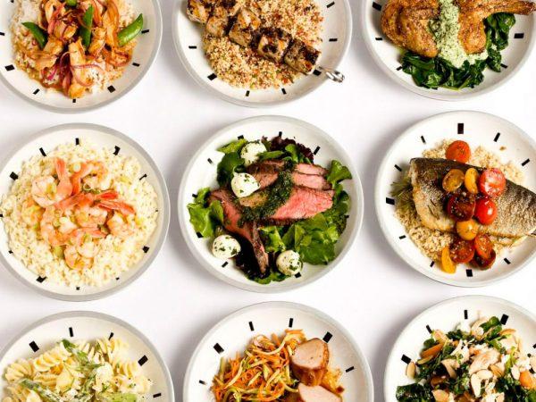 Небольшие порции еды на белых тарелках