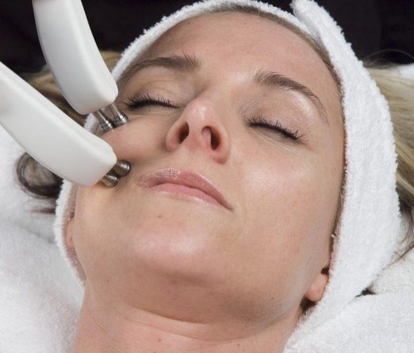 Процедура микротоковой терапии лица