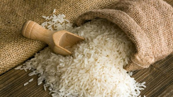 Рис на деревянной поверхности