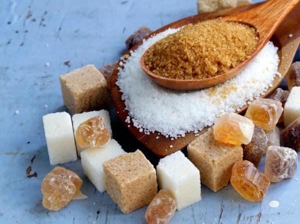Сахар на деревянной ложке