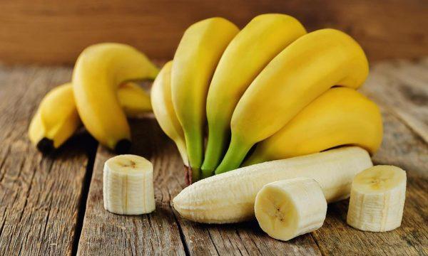 Связка бананов и очищенный фрукт
