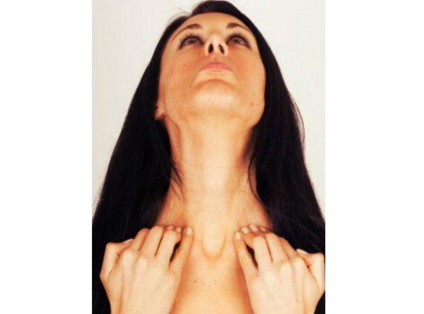 Девушка оттягивает кожу подбородка
