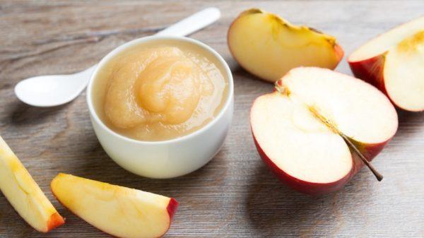Яблочное пюре в белой пиале