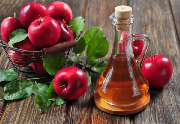 Яблочный уксус в прозрачном графине
