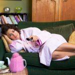 Девушка лежит на диване