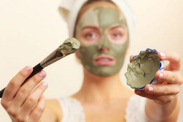 Девушка наносит маску