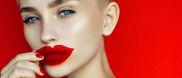 Девушка с красивыми губами