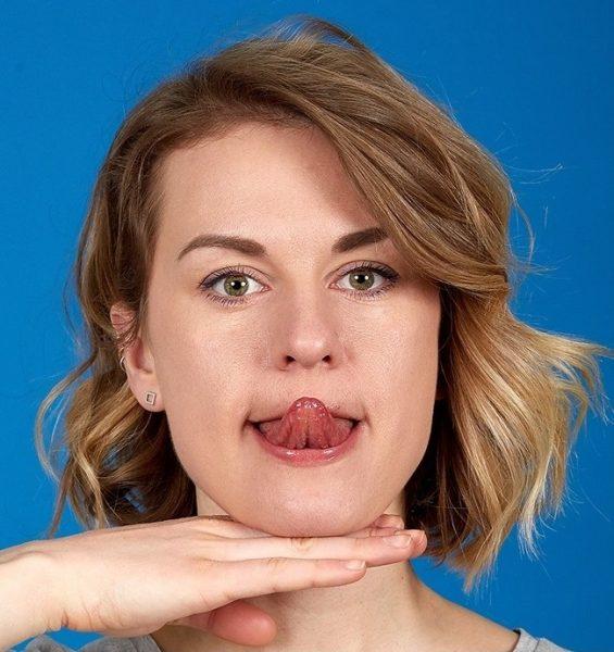 Девушка с высунутым языком