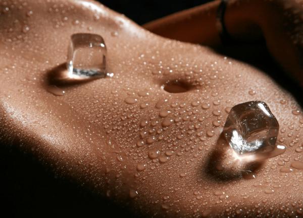 Кубики льда на животе помогают подтянуть кожу