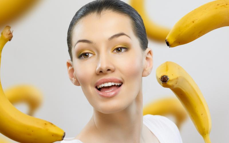 Лицо девушки и бананы