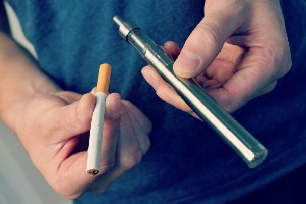 Обычная и электронная сигареты