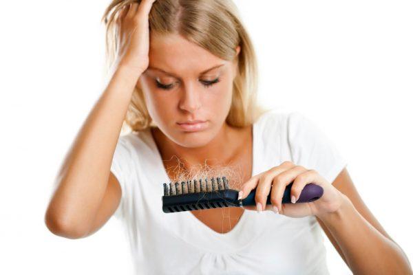 Девушка с расчёской