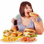Полная девушка ест фаст фуд
