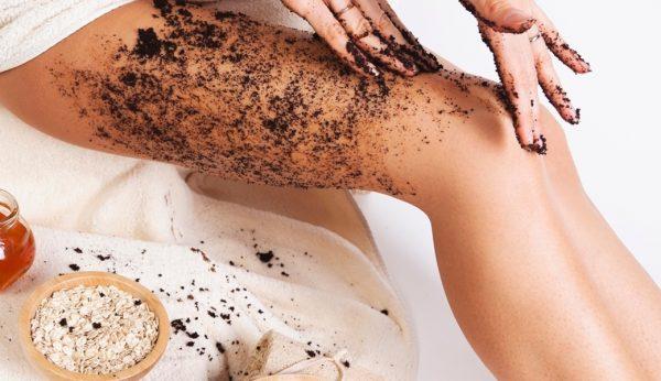 Девушка наносит скраб на кожу