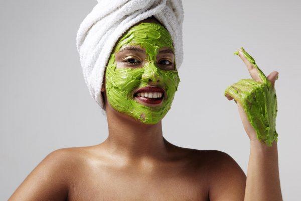 Девушка в эффективной маске из авокадо