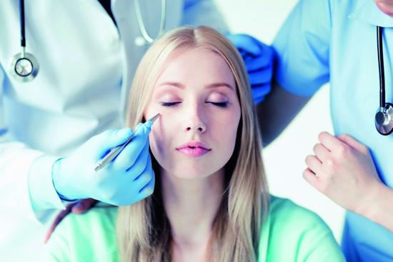 Девушка на осмотре у дерматолога
