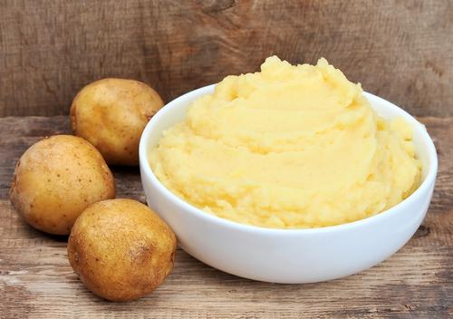 Картофель и пюре в белой ёмкости
