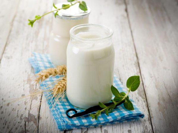 Кислое молоко в прозрачных ёмкостях