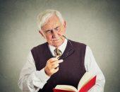 Пожилой мужчина читает книгу