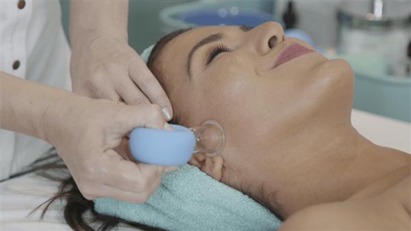 Процедура баночного массажа в салоне