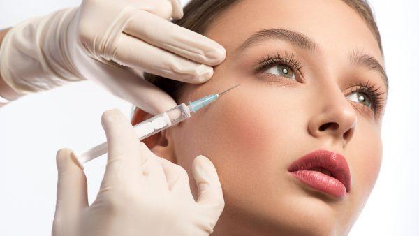 Процедура биоревитализации на лице девушки