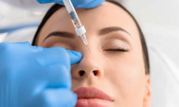 Проведение процедуры карбокситерапии на лице девушки