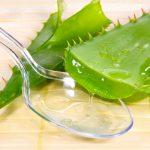 Сок алоэ в прозрачной ложке и листья