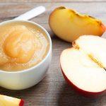 Яблочное пюре в пиале и фрукты