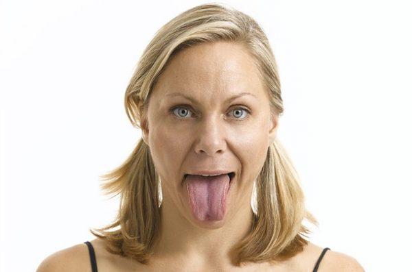 Женщина показывает язык