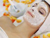 Женщина с косметической маской на лице