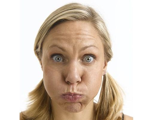Женщина с надутыми щеками