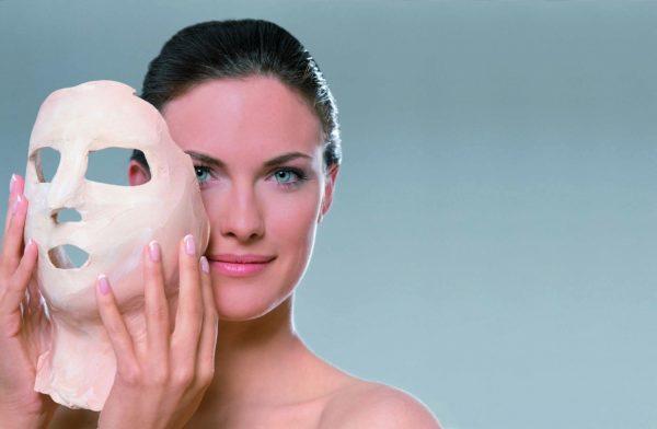 Женщина снимает высохшую косметическую маску